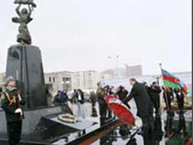 """Ильхам Алиев возложил венок к монументу """"Крик матери"""", возведенному в Баку в память о жертвах Ходжалинского геноцида"""
