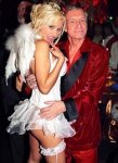 """80-летний владелец Playboy женится на """"зайке """" из своего гарема"""